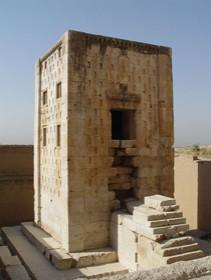 نقش رستم ساختمان کعبه زرتشت با یک نیایشگاه زرتشتی از دوران هخامنشیان