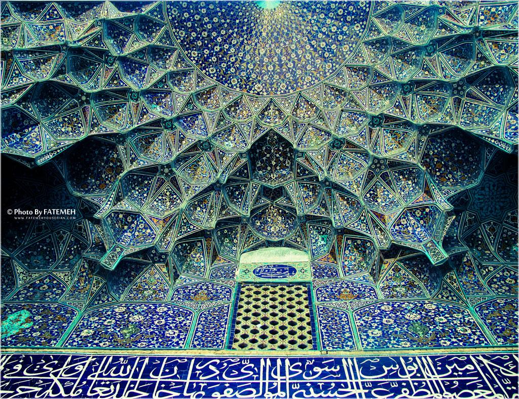 مسجد سیخ لطف الله اصفهان محراب این مسجد به دلیل کاشیکاریهای معرق و مقرنسهای ظریف آن از شاهکارهای بینظیر معماری