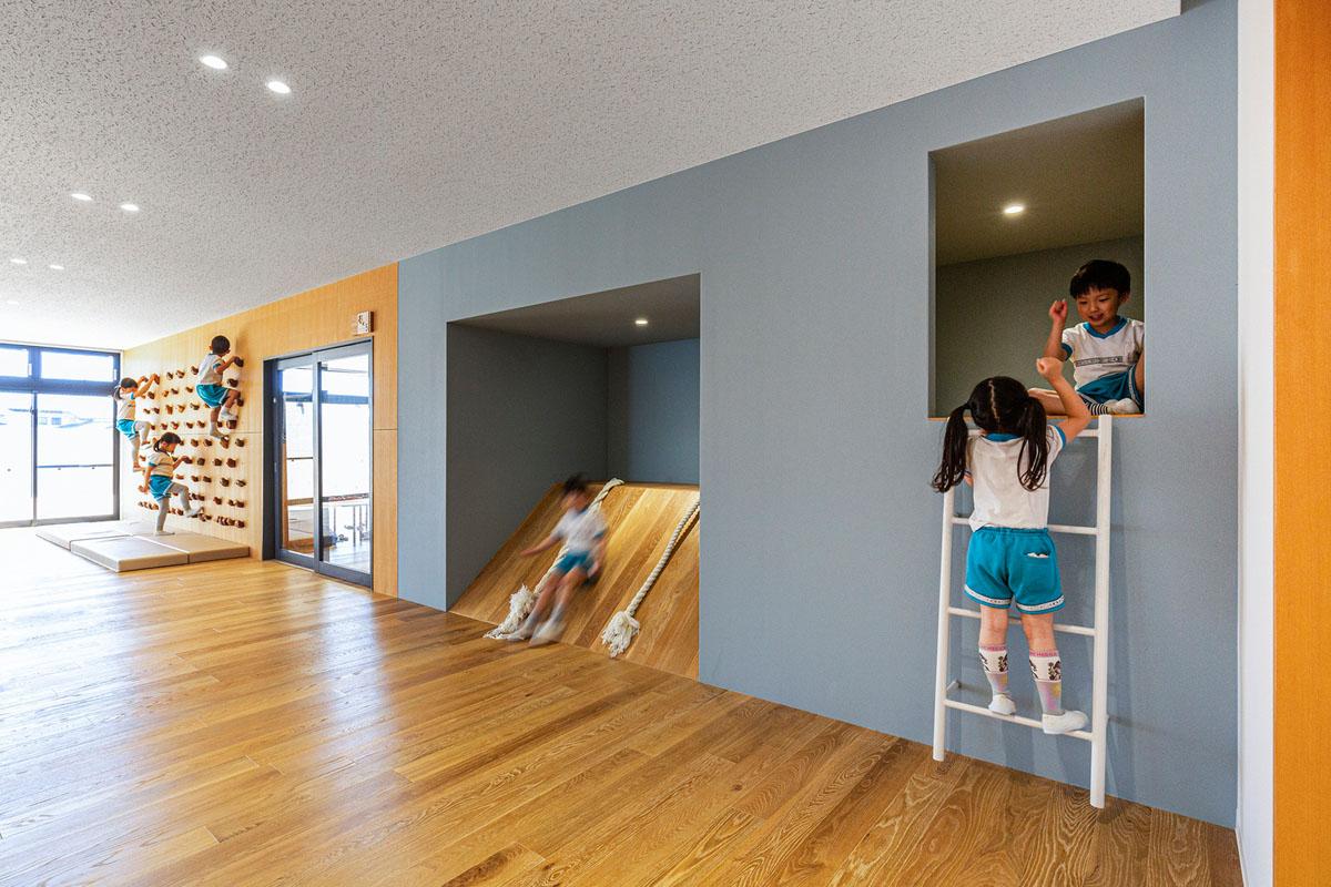 رویکرد Pikler در معماری برای کودکان: مبلمان چوبی و آزادی فضایی,طراحی برای کودکان,رویکرد پیکلر,معماری برای کودکان,مبلمان ایمن برای کودکان,بازی و معماری,طراحی داخلی برای کودکان,رویکزد معماری pikler